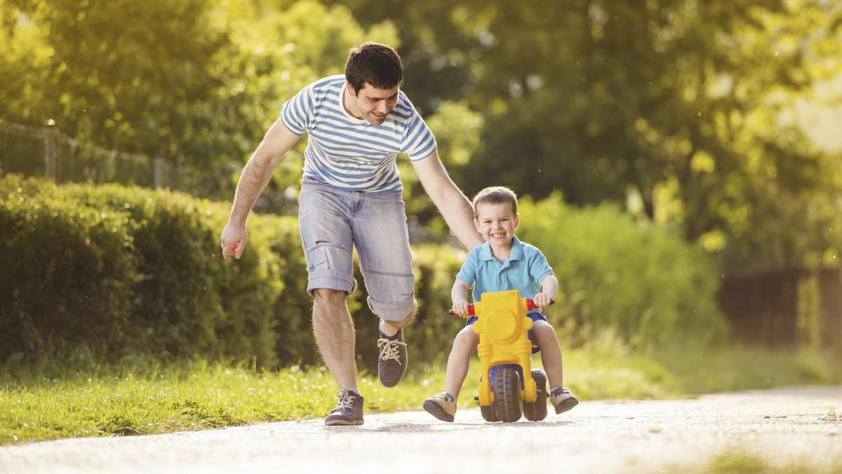 Padre e hijo jugando en el parque.