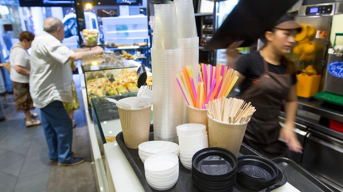 Pajitas y vasos de plástico en una panadería-cafetería de Barcelona.