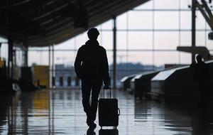 Un passatger camina per la T-4 de Barajas un dels dies de la vaga de pilots d'Iberia, al desembre.