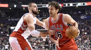 Pau Gasol trata de avanzar con el balón ante la férrea defensa de Jonas Valanciunas, en el partido entre los Bulls y los Raptors.
