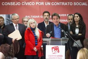 El candidato de IU a la Comunidad de Madrid, Luis García Montero, presentando su Consejo cívico, que vigilará el cumplimiento de las propuestas electorales de la coalición el pasado 27 de marzo en Madrid.