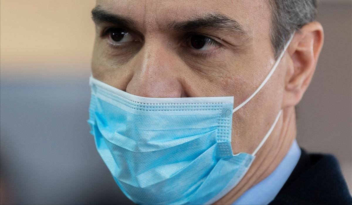 Pedro Sánchezcon mascara, visitala fábrica Hersill en Móstoles.