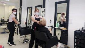 Las propietarias de la peluquería Seven Looks, en La Garriga, ya han abierto el establecimiento.