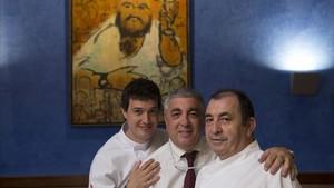 Joan Manubens, Modesto Baena y Eusebio Batuecas, ante un retrato de Joan Manubens padre.