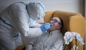 Personal sanitario realiza testa residentes de un geriátrico de El Prat.