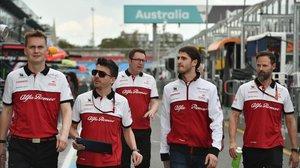 El piloto italiano Antonio Giovinazzi, segundo por la derecha, pasea por el circuito de Albert Park, en Melbourne, junto a miembros del equipo Alfa Romeo.