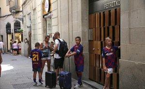 Turistas buscan piso en las calle Petrixol de Barcelona