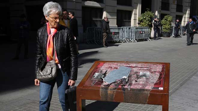 La placa que recordaba las torturas franquistas en la comisaría de Via Laietana aparece destrozada.
