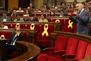 GRAF5496. BARCELONA, 25/05/2018.- El presidente de la Generalitat de Cataluña, Quim Torra (i), observa la intervención del portavoz del grupo parlamentario de Ciudadanos, Carlos Carrizosa (d), durante el pleno celebrado hoy. EFE/Toni Albir