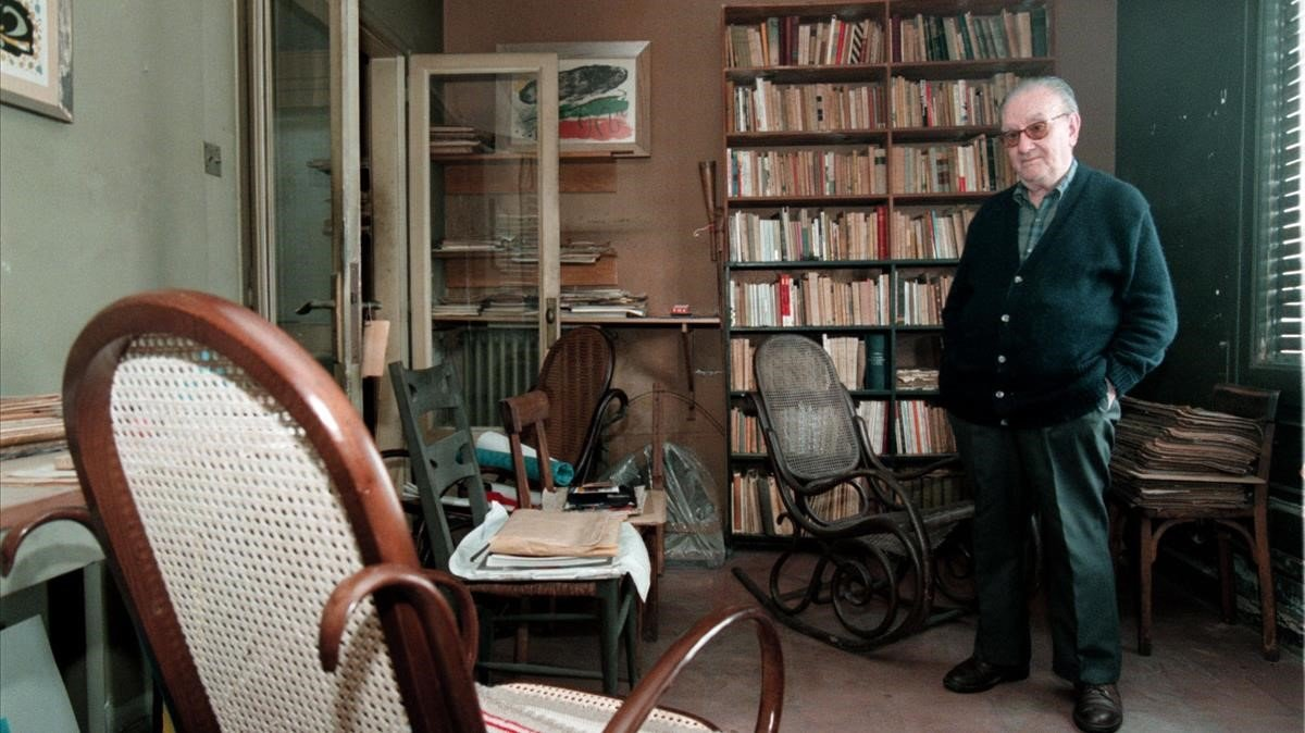 El poeta Joan Brossa, en su estudio barcelonés, en 1997.