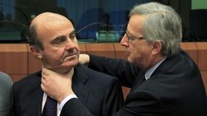 La polémica foto de Jean-Claude Juncker cuando presidía el Eurogrupo, bromeando con Luís de Guindos, agobiado por los problemas económicos de España.
