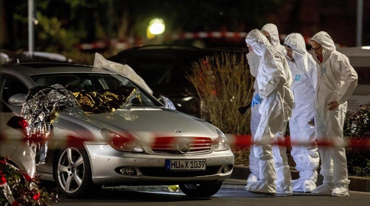 La policía científica trabaja en una de las escenas del tiroteo en el centro de Hanau.