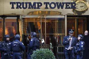 Policías de Nueva York frente a la Torre Trump, donde el presidente tiene la oficina y su residencia, en la Quinta Avenida, el 14 de noviembre.