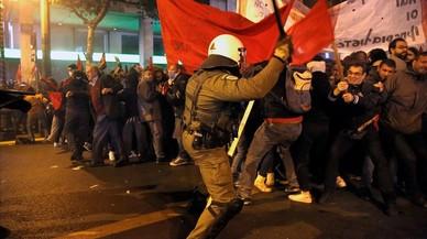 Policies antiavalots actuen durant una manifestació contra la visita del president nord-americà, Barack Obama, a Atenes.