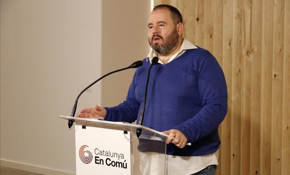 El portavoz de Catalunya en Comú, Joan Mena, en una rueda de prensa.
