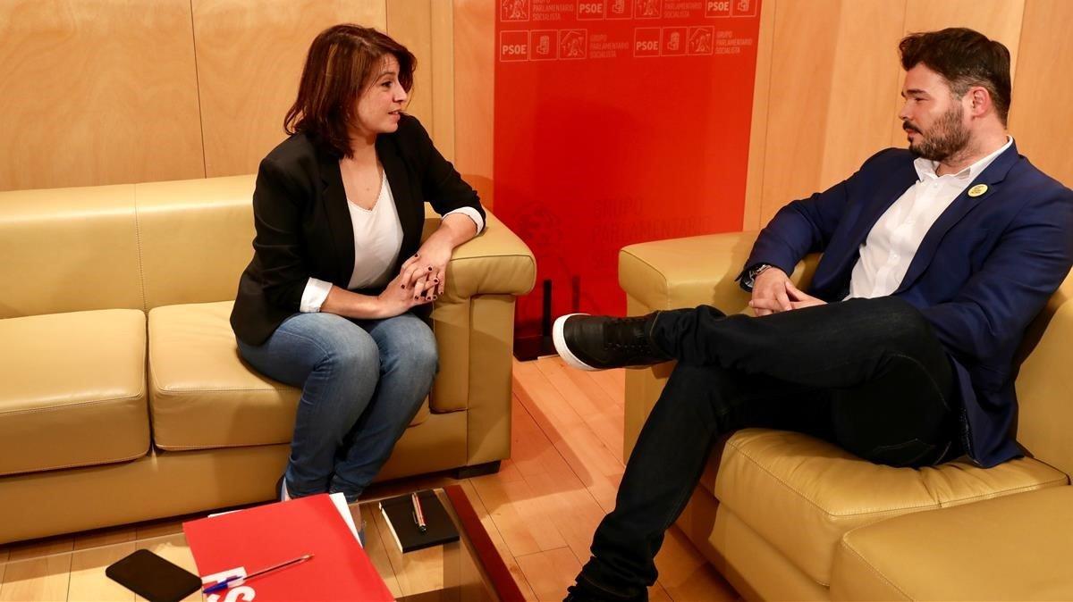 La portavoz parlamentaria del PSOE, Adriana Lastra, reunida con el portavoz de ERC, Gabriel Rufián, este jueves, en el Congreso.