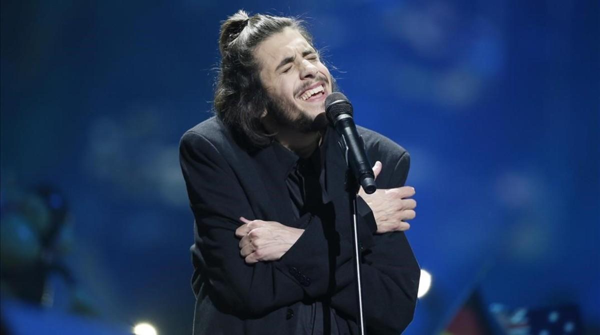 El cantante portugués Salvador Sobral, durante su actuación en el Festival de Eurovisión, en Kiev, con la canción Amar Pelos Dois.