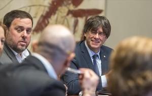El president Carles Puigdemont y el vicepresidente Oriol Junqueras, en la reunión del Consell Executiu.