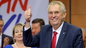 El presidente checo, Milos Zeman, celebra su victoria en los comicios presidenciales en enero del 2018