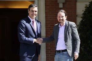 El presidente del Gobierno en funciones, Pedro Sánchez, recibe al líder de Unidas Podemos, Pablo Iglesias, en la Moncloa.