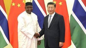El presidente de Gambia, Adama Barrow estrecha la mano de su homólogo chino, Xi Jinping, durante un encuentro diplomático celebrado en Pekín la pasada semana.