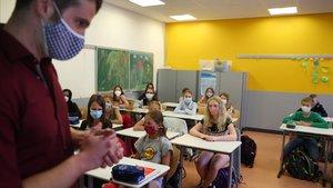 Un profesor da clase a sus alumnos en un colegio deAlemania.