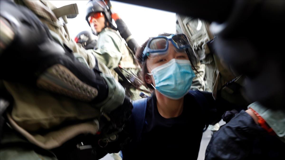 Agentes de policía detiene a un joven manifestante enSha Tin, Hong Kong.