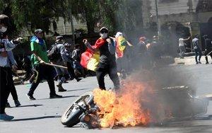 Protestas violentas en las calles de Bolivia por los resultados electorales.