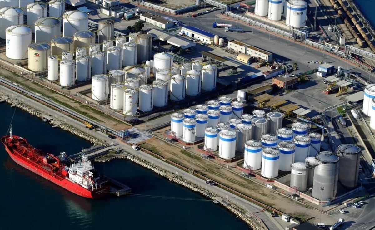 El puerto de Tarragona y la petroquímica.