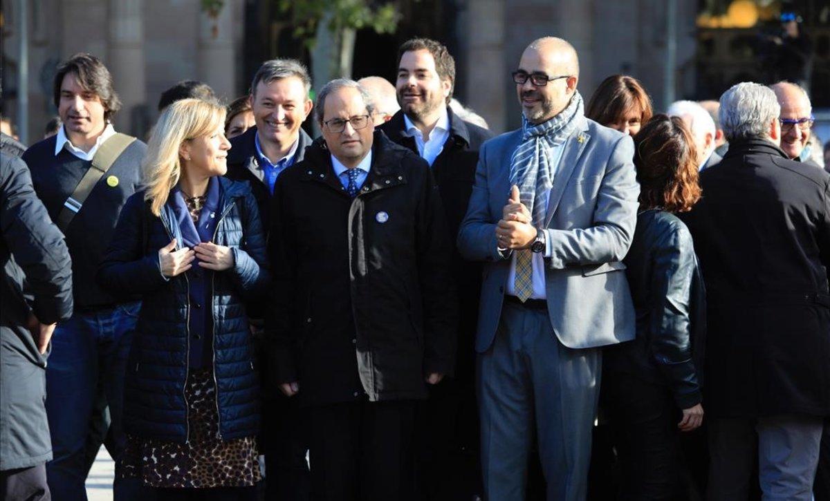 Quim Torra acompaña a Neus Lloveras y Miquel Buch a las puertas del TSJC, este martes.