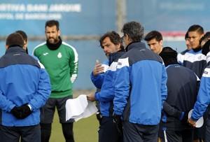 Quique Sánchez Flores, en el centro, en un entrenamiento del Espanyol en Sant Adrià.