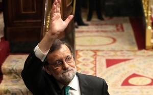 Rajoy, en el hemiciclo, tras el debate de la sesión matutina.