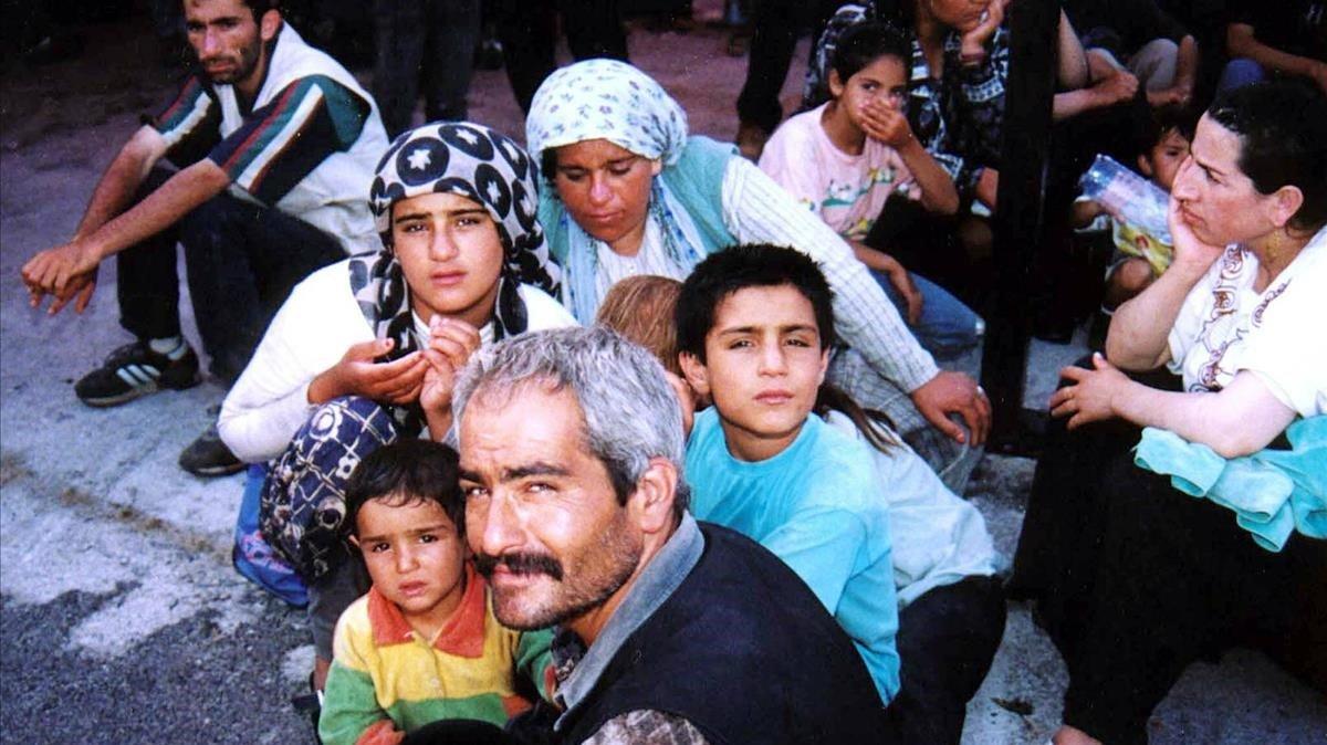 Grupo de refugiados kurdos a su llegada a Riace en 1998.