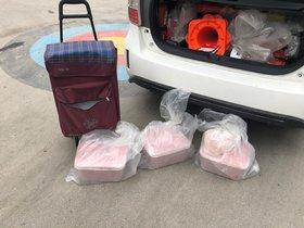 La imagen de los primeros productos detectados en un transporte irregular de alimentos para una hamburguesería del barrio de la Sagrada Família..