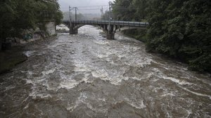 El río Freser, a su paso este sábado por Ripoll, donde ha aumentado considerablemente su caudal por la tormenta del día anterior.