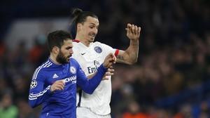 Cesc pugna con Ibrahimovic en el partido disputado en Londres.