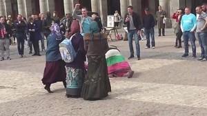 Hinchas del PSV humillan a unas mendigas en la plaza Mayor de Madrid.