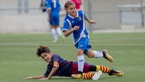 Martina Ruiz, del alevín B del Espanyol, sortea un rival en el partido contra la Penya Barcelonista Cinc Copas, el primero que jugaron las chicas en el grupo masculino.