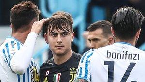 Dybala, de la Juventus, entre dos jugadores del Spal.