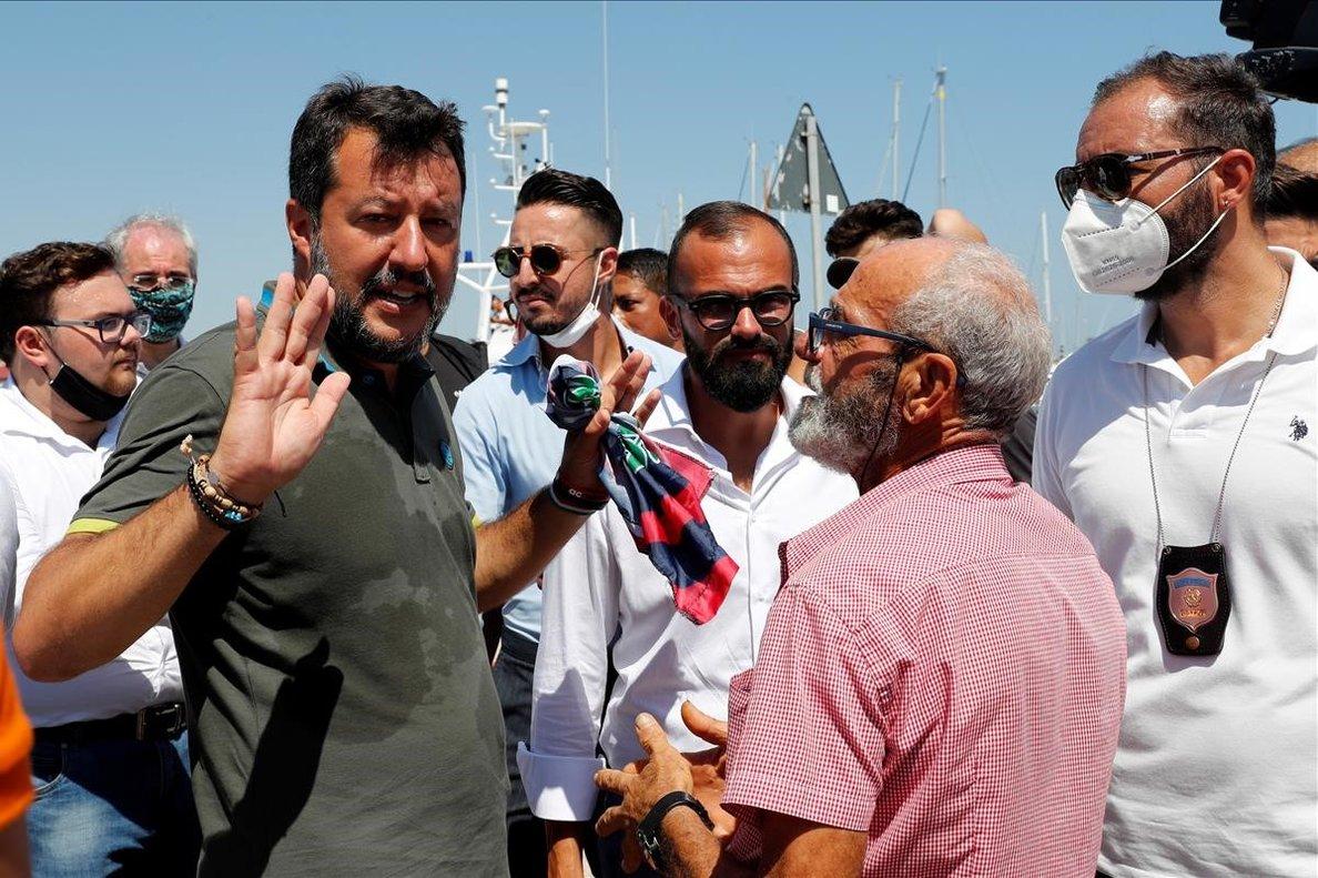 Salvini habla con algunos de sus seguidores en Crotone.