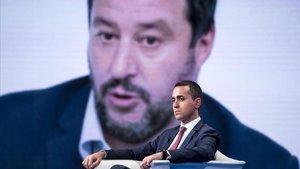 El viceprimer ministro y ministro de Trabajo e Industria de Italia, Luigi Di Maio, permanece sentado frente a una pantalla con la imagen del ministro del interior de Italia, Matteo Salvini, octubra pasado en Roma.
