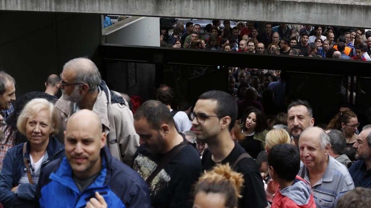 Colas para votar en Sant Andreu de la Barca.