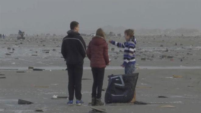 Saqueo en la costa holandesa de los contenedores perdidos por un mercante en el mar.