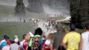 El pelotón del Tour pasa por el tramo sin asfaltar del Plateau des Glières.