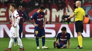 Sergi Roberto yace en el suelo en presencia de Messiy el árbitro inglés Taylor antes del descanso.