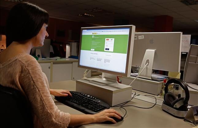 Una usuaria accediendo al simulador de jubilación en un ordenador.