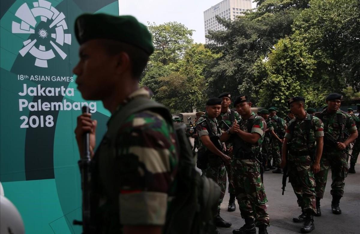 Soldados indonesios frente a un estadio antes de los Juegos Asiáticos en Yakarta.