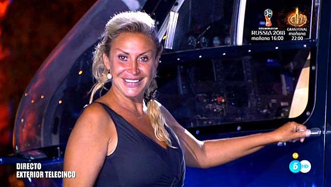 Raquel Mosquera, a punto de subir a un helicóptero. (Tele 5)
