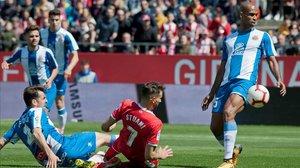 Stuani, rodeado de jugadores del Espanyol en una acción del partido.