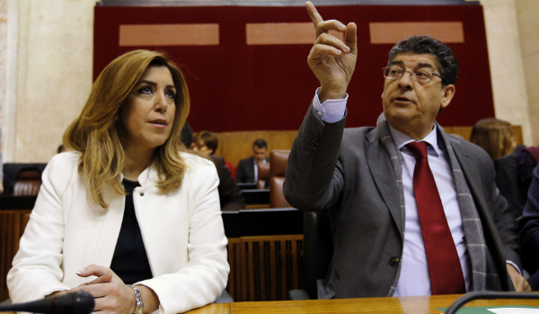 Susana Díaz junto al vicepresidente Diego Valderas este lunes en el Parlamento de Andalucía en Sevilla